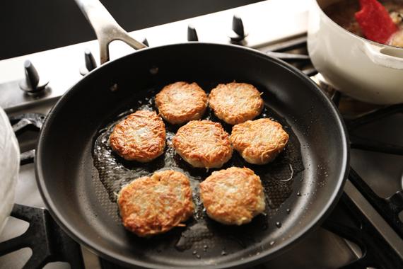 4. 熱鍋後鍋內加入一層淺油(溫度不能太高),將步驟3塑形放至鍋內以中小火慢慢煎至雙面上色即可。 *要有耐心不能使用太大的火,免得外頭焦了裡頭卻還沒熟。