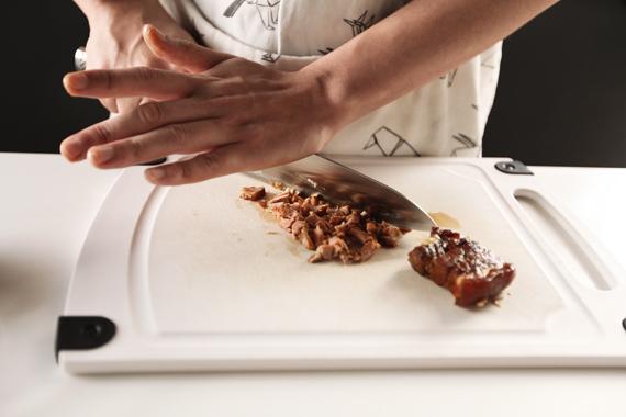 1. 將家裡所剩的滷肉剁碎。