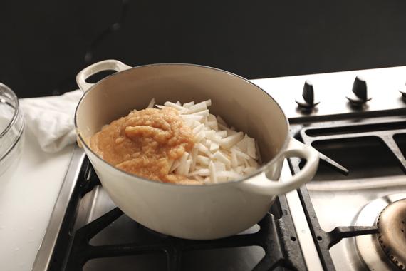 1. 混合所有材料,以中火加熱至滾沸後轉小火保持鍋內微滾。