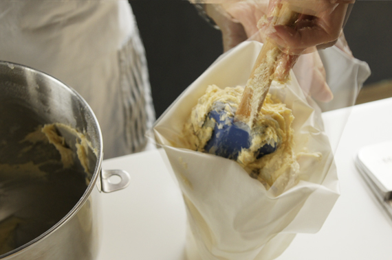 4. 將準備好的麵糰放入擠花袋內。
