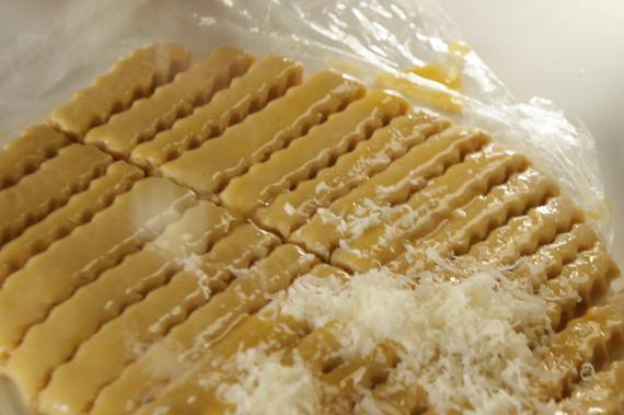 3. 取出將麵糰切成1cm長條,刷上蛋液並裹上葛瑞爾起司。