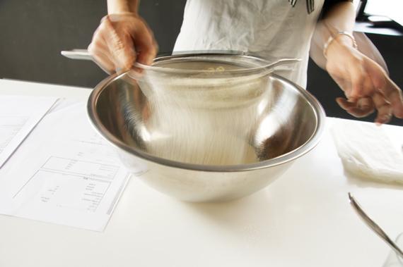 2. 過篩的高筋麵粉、砂糖與鹽,拌勻後在中央做出凹槽,放入蛋黃,再加入步驟1持續拌勻。 3. 依序加入白蘭地、橙花水與奶油,混合拌勻。