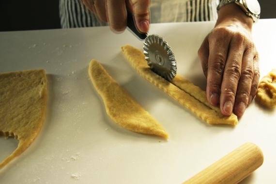 6. 麵糰桿平後捲成麻花的形狀,