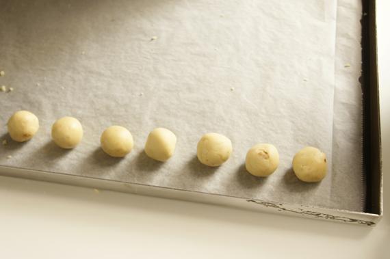4. 揉成適當圓球大小(也可以先搓成長條後切段,像揉湯圓那樣)。