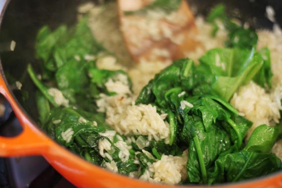 2. 加入水250ml、適量鹽與菠菜。