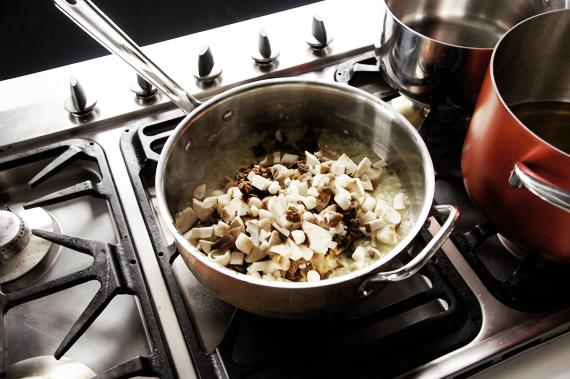 4. 小火慢慢將洋蔥炒至半透明並完全軟化,加入菇類稍微拌炒過。
