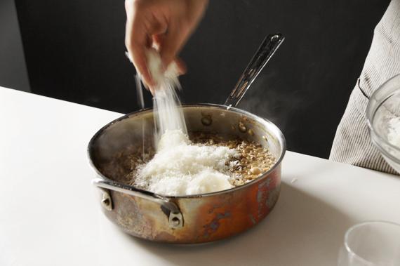9. 加入一大塊軟奶油(份量外)與刨成碎屑的帕瑪森起司將它拌勻後蓋鍋兩分鐘。