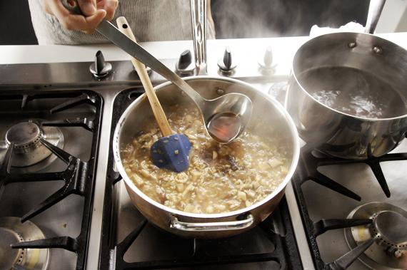 7. 讓高湯持續微滾,並開始將高湯分次加入燉飯內,每次加入的量約略蓋過米即可。燉飯保持微滾的狀態,待稍微收乾後再加入高湯,反覆這樣的動作約13-15分鐘。