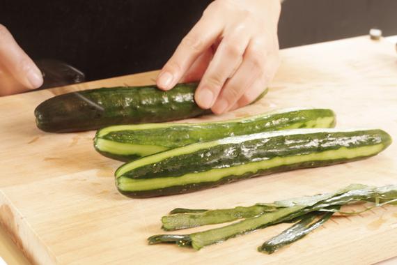 1. 小黃瓜洗淨後縱著削幾刀。(會比較快入味,也可以不要削,不過醃漬時間將會較久一些)