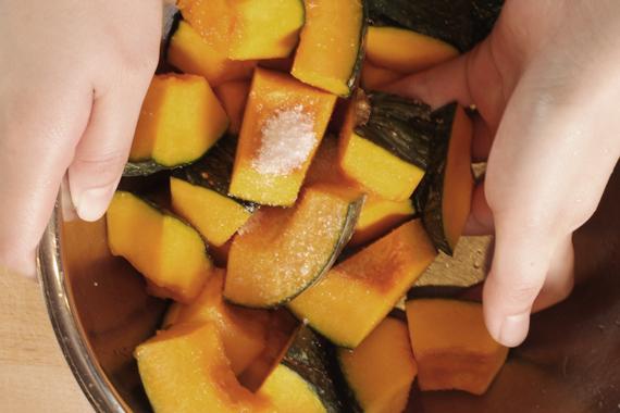 2. 均勻裹上砂糖,帶皮面朝下靜置約15分鐘。