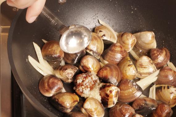 2. 放入蛤蜊、鹽麴拌炒均勻。