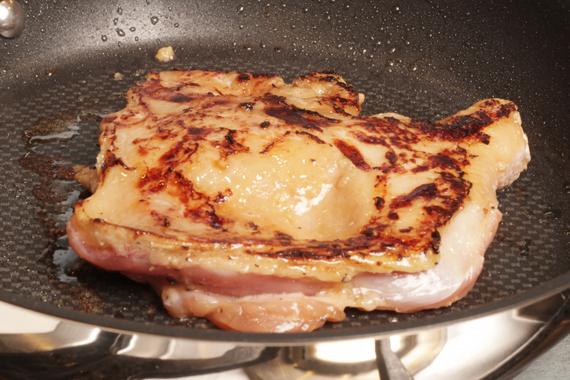 3. 平底鍋倒少許油用中強火加熱,將雞腿肉帶皮面朝下,轉小火煎至上色,再翻面繼續煎至熟。