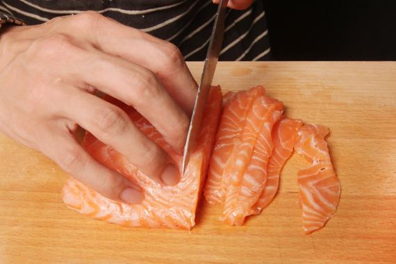2. 將步驟1所醃漬好的鮭魚切片盛盤,接著放上其餘材料,最後以海鹽與黑胡椒(材料外)調味即可。