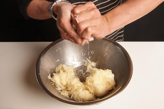 2. 將步驟1以清水瓢洗,濾去多餘水分後備用。