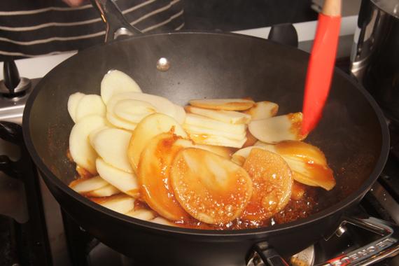1. 加熱平底鍋放入100g砂糖,加熱至褐化後放入蘋果翻炒均勻,加入磨碎的肉桂棒,以小火熬煮5分鐘後拌入奶油即可備用。