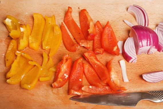 接著以清水洗去表皮,將甜椒去籽切條。