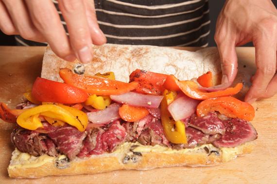 4. 加熱網烤鍋,在拖鞋麵包表面抹上一層橄欖油後,放進鍋內煎至麵包表面上色即可取出備用。將麵包抹上地戎芥末醬,再夾入所有材料與平葉巴西里即可。