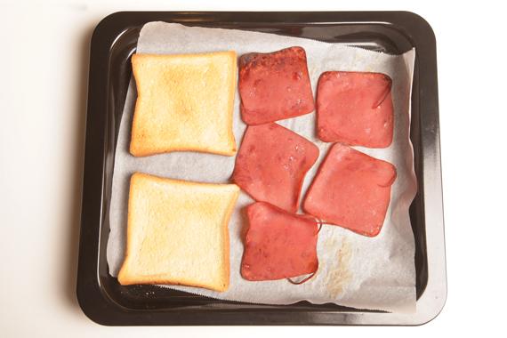 2. 將吐司與黑胡椒牛肉火腿以攝氏170度烤25分鐘至火腿乾脆、吐司金黃即可備用。