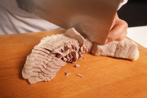 1. 五花肉煮20分鐘後取出,浸泡飲用水15分鐘後,切絲並蓋濕紙巾備用。