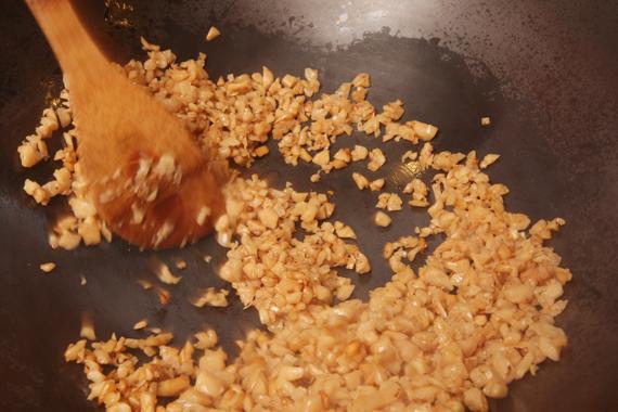 1. 不加油熱鍋乾炒蘿蔔乾至香氣出來,再加入少許沙拉油拌炒,再放入砂糖(1/4小匙)、醬油(1/4小匙)炒至醬香味備用。