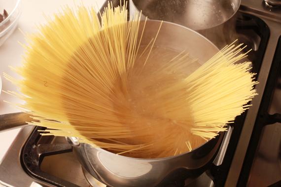 1. 將天使義大利麵以加了海鹽的滾水燙熟,撈起後加入適量橄欖油拌勻。