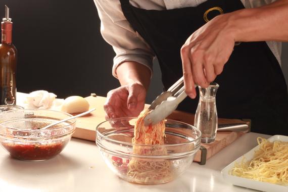 2. 將所有材料混合均勻,以海鹽及黑胡椒調味即可裝盤。