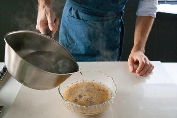 2. 將滾燙的水加入至覆蓋比表面高半公分並靜置10分鐘後用叉子將米粒拌鬆。