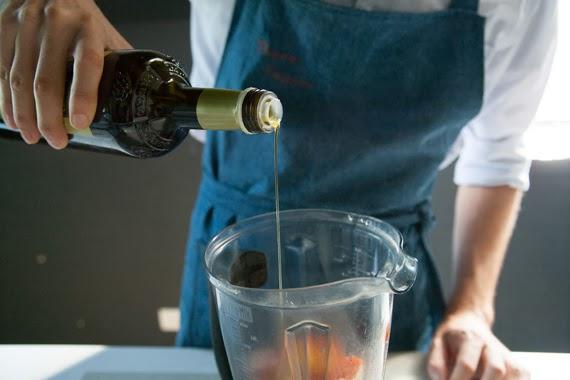 2. 將步驟1放入攪拌機裡。用醬油、橄欖油、鹽、胡椒及辣椒粉調味,在攪拌機中打至滑順後放涼。
