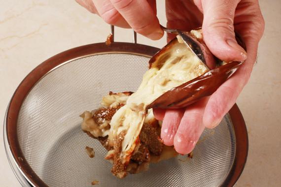 1. 預熱烤箱攝氏190度。將烘焙紙抹上橄欖油,鋪上對半切的茄子,並烤至柔軟(約45分鐘)放涼。 2. 用湯匙將茄子的果肉泥挖起至濾網中過濾備用。