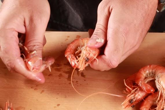 4. 保留蝦子的頭尾,將中間的外殼剝除。