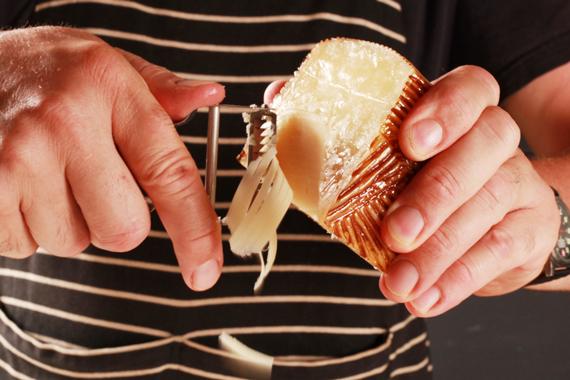 3. 最後撒上起司即可呈盤享用。 *亦可加入海鮮增加不同的風味!
