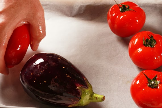 1. 烤箱預熱攝氏200度。將所有蔬菜淋上薄薄一層的橄欖油,並放於烤盤上烤約40分鐘。