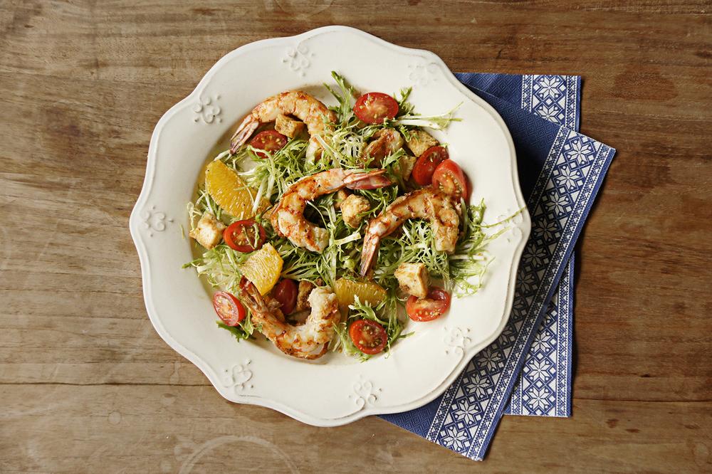 最後步驟:將柳橙沙拉盛盤後擺上香煎鮮蝦即完成。