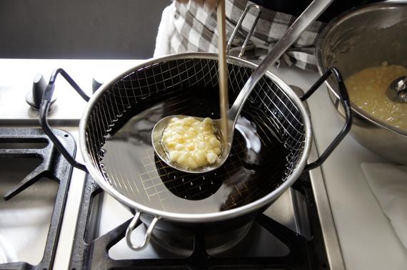 3. 油鍋熱至170度,一次放入約一個湯勺的炸物,盡量不要超過油鍋的一半以免降溫。尤其是紫蘇葉我們會建議單獨炸,這樣才可以吃到一整片紫蘇葉喔!