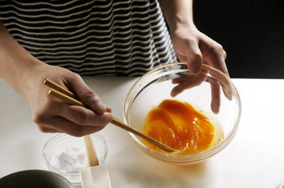1. 把雞蛋打在碗裡,用筷子做「切開」(直線攪拌)的動作,左右各重複十次。