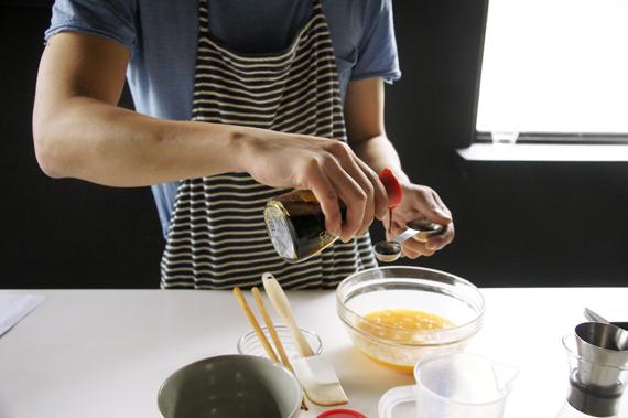 2. 混合剩餘的所有材料,重複做切開的動作,不要拌過頭了。