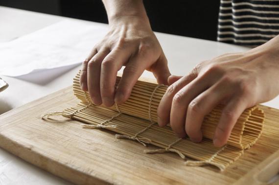 4. 放在簾子上,把完成的蛋捲包起來,稍微放冷後即可切片上桌。