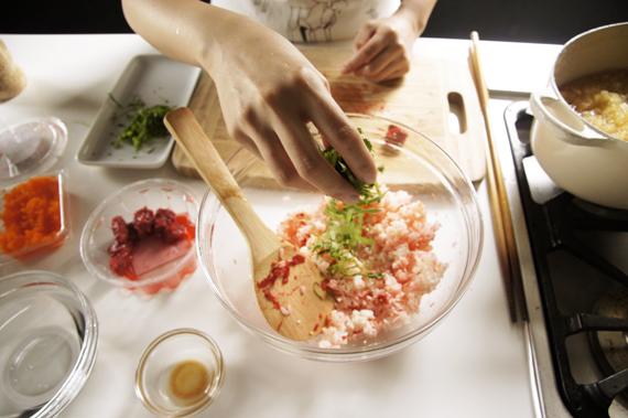 4. 把白飯、梅子泥、紫蘇絲,加上白芝麻、蝦卵、塩,於缽內拌