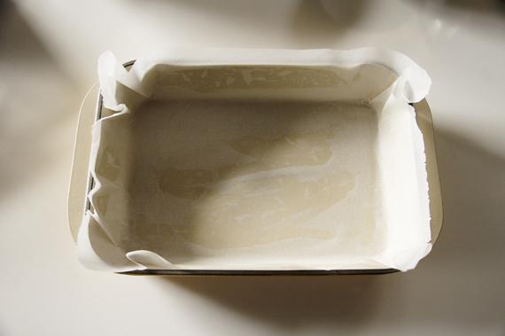 準備:烤模上抹上一層奶油,貼上一層烘培紙(抹上奶油,是讓烘培紙比較好黏住)。