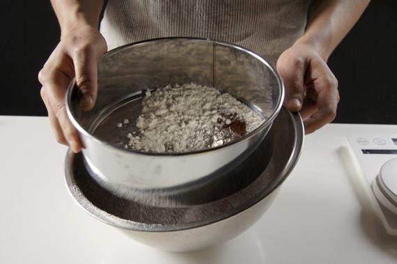 2. 低筋麵粉和可可粉一起過篩後,加入杏仁粉拌勻。