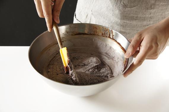 5. 步驟2的粉類加入步驟4中,一口氣加入,利用抹刀混合攪拌均勻。 *建議不要用打蛋器,因為攪拌過度會出筋。如果使用的話要非常的溫柔喔!