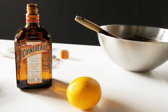 6. 加入調味料,橙皮酒與柳橙皮(也可以二擇一)。削柳橙皮時注意不要刮到太多白色果皮的部分,否則會有苦苦的味道。口味也可以換成威士忌或白蘭地等其他烈酒。