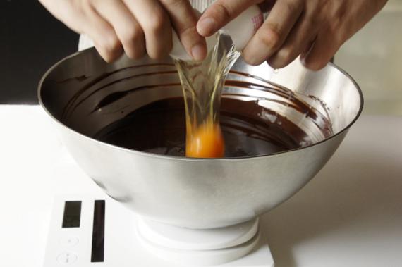 2. 加入蛋攪拌均勻後,再加入糖與鹽混合攪拌均勻。