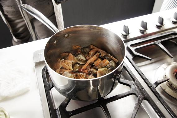 1. 熱鍋後下點油,炒香蒜頭與紅蔥頭後,加入蝦殼與蛤蠣炒香。