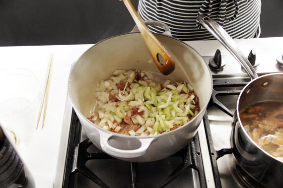 3. 另起一鍋炒培根至表面酥脆微焦即可、加入洋蔥與西洋芹繼續拌炒,最後加入馬鈴薯。  4. 將步驟2的高湯加入培根那一鍋,加入牛奶稍微蓋過食材的量,先放入1顆馬鈴薯,接著加入百里香與月桂葉一起熬煮約20-30分鐘,煮到馬鈴薯軟爛即可。