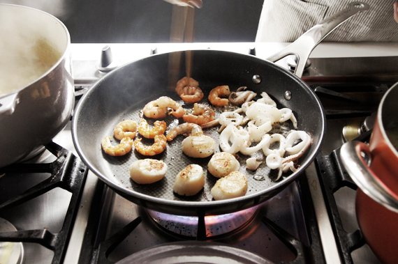 5. 將百里香與月桂葉取出後,用調理機將步驟4打成泥再倒回鍋中入馬鈴薯繼續煮約20-30分鐘,煮熟後放入剩餘的海鮮如蝦肉、蛤蜊肉和透抽,也可以像我們用中火先把海鮮煎熟備著,用之前再放進去。以鹽與黑胡椒調味。 6. 加入鮮奶油,盛盤後可以撒上一些平葉巴西里作為裝飾。