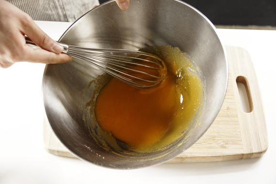 2. 蛋黃、砂糖與鹽混合均勻。