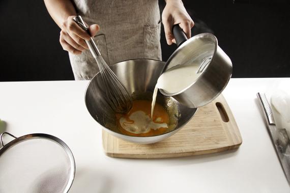 3. 將微溫的鮮奶油倒入步驟2內,一邊加入一邊攪拌。