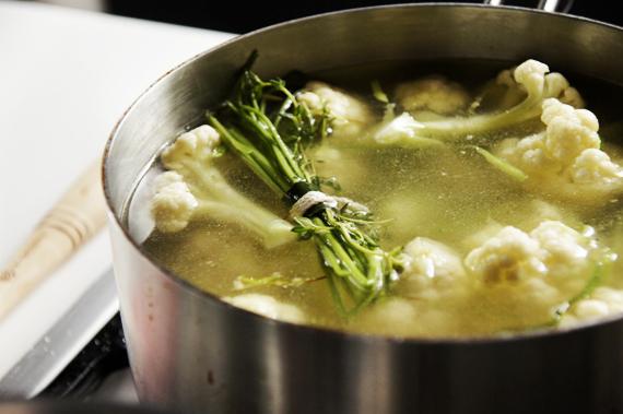 4. 加入香料束,倒入蓋過材料的水,加入少量的鹽巴、胡椒調味,然後用中火煮到滾沸。