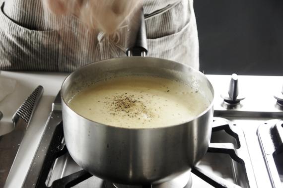 7. 加入蛋黃(溫度不要太高)和鮮奶油(可以換成牛奶,不過會比較湯湯水水一點。),慢慢加入打成泥的濃湯,回爐火上以小火繼續煮。